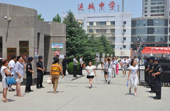 运城市盐湖区公安局特警在学校大门口处为走出运城中学考场的考生