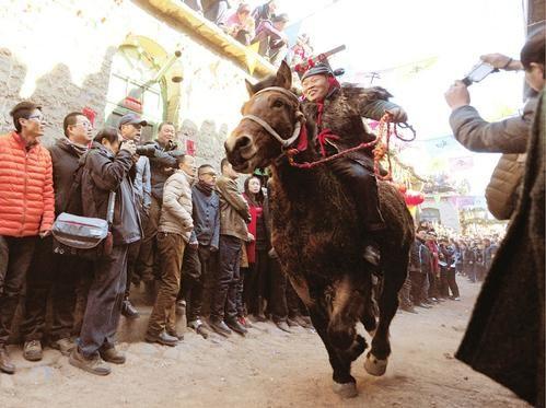村民骑着高头大马在古巷中飞奔。 苏晓晨摄