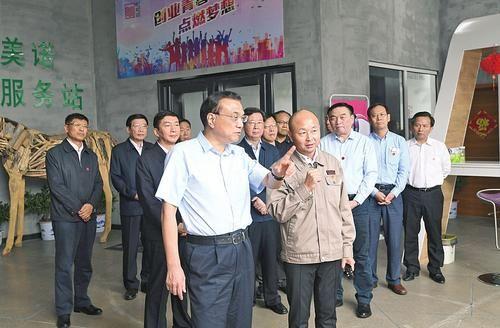 9月4日,李克强总理在长治唯美诺小微企业众创空间考察。本报记者李联军摄