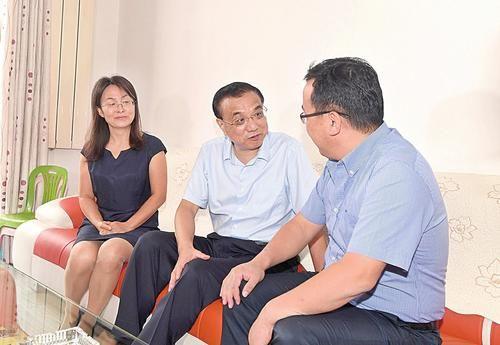 9月4日,李克强总理在潞安集团石圪节煤矿,登门看望转岗安置矿工朱海军一家。本报记者李联军摄