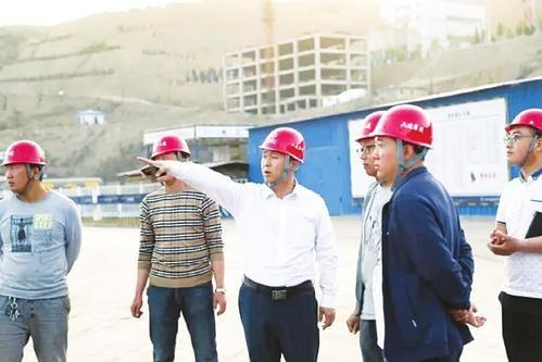 山西六建集团党委书记、董事长杨韶勇(中)在南方某项目工地检查指导。郭文强摄