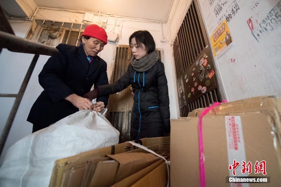 独臂女弃婴被好心奶奶收养25年 老人捡废品供她读书