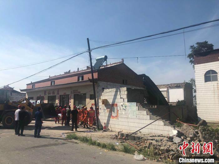 山西临汾饭店坍塌紧急救援18小时:消防员手臂挡墙保护队友