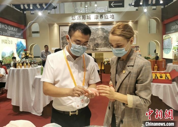 """乌克兰""""洋媳妇""""扎根太行:外销中国陶瓷 传播中华文化"""