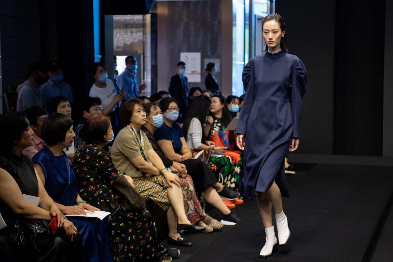 太原商场客流回暖,模特走秀推介新品时装