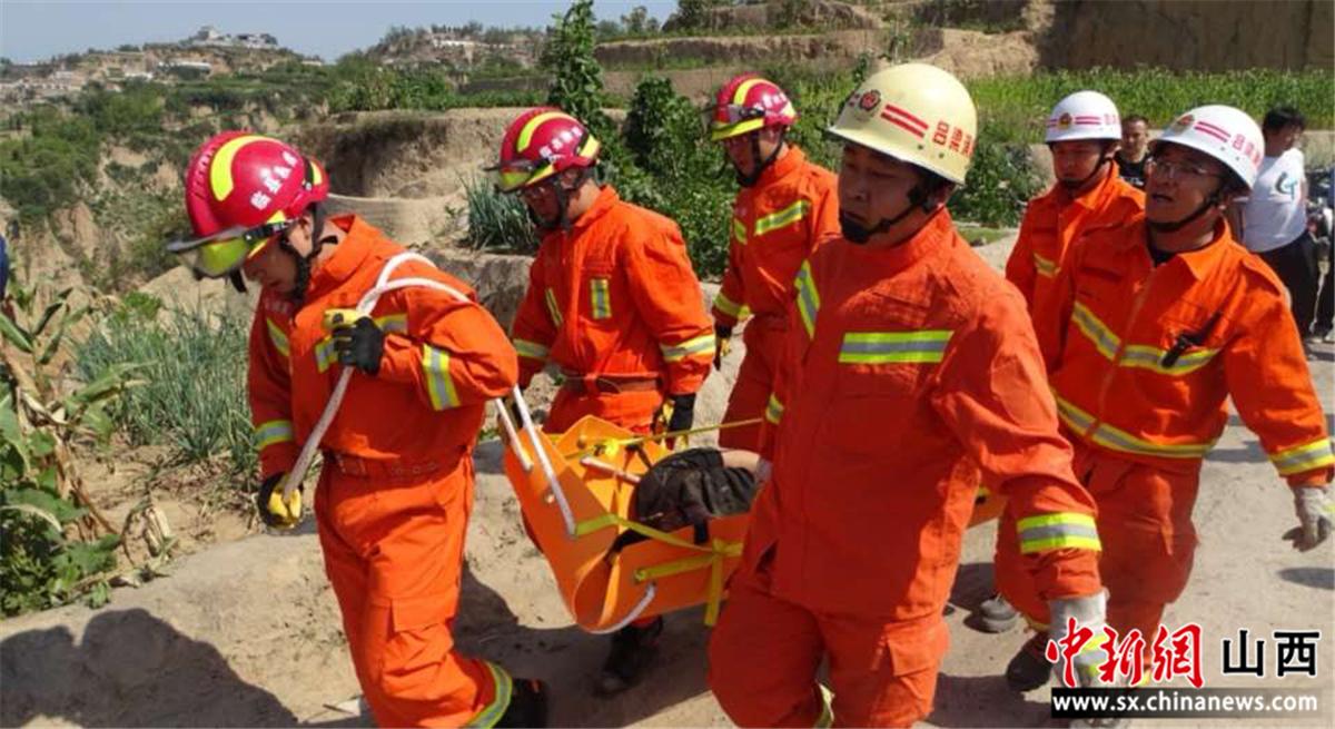 面包车翻落山下 消防员快速救出被困人员