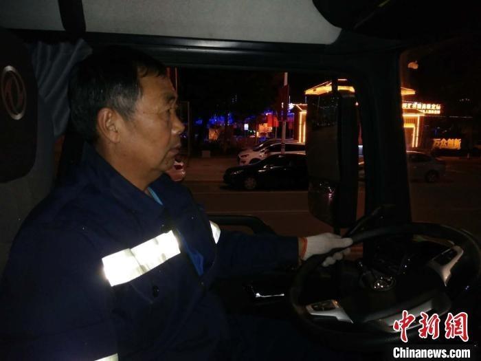 山西五旬环卫清运司机的日常:夜间上班 平均日行车里程200多公里