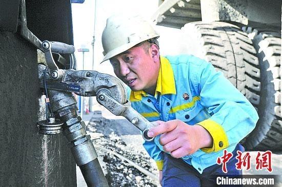 山西露天煤矿加油员10年坚守矿坑 领奖还要借衣服