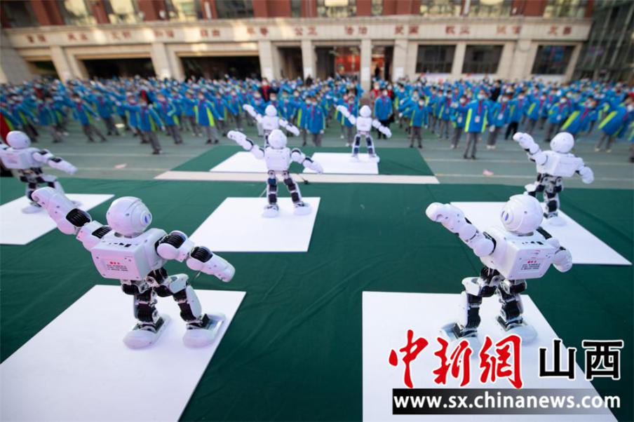 """""""与机器人共舞 太原后小河小学校园科技节启幕"""