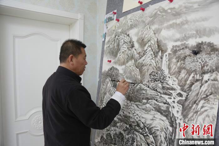 """山西""""农民画家""""描绘美丽乡村:用画笔留住乡愁"""