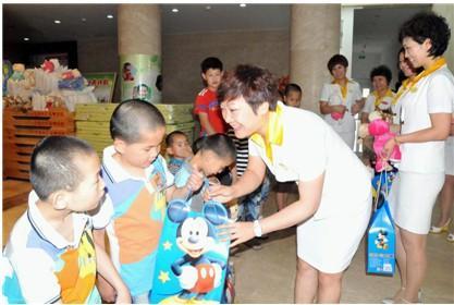 """六一儿童节""""莎蔓莉莎""""儿童福利院再献爱心"""