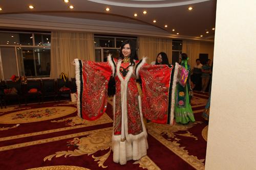 展示自己中意的蒙古服饰.  摄-国际小姐化身蒙古族少女图片
