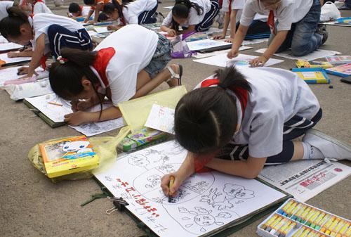 山西侯马小学生绘画宣传环保