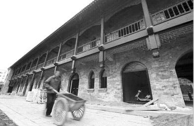 工人在山西国民师范旧址革命活动纪念馆重修工地施工.-太原 山西