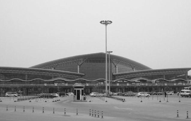 助力三晋腾飞的姊妹双塔   2011年8月4日,太原机场的1号航站楼改造工程顺利通过民航局行业验收。改造后的1号航站楼,外型风格同2号航站楼相似,两座楼相距百余米,通过两条连廊相接,就像一对牵手的姊妹塔。   机场是窗口,反映着一个城市的盛衰。机场是支点,飞向世界的每一个角落。太原机场作为太原和山西连接国内外的空中桥梁,随着太原机场改扩建工程的顺利完工,这座壮观、大气、富有山西特色的太原武宿国际机场新航站,每天开始接待数以万计的国内外旅客。进港出港之间,太原机场新航站已悄然成为展示龙城太原