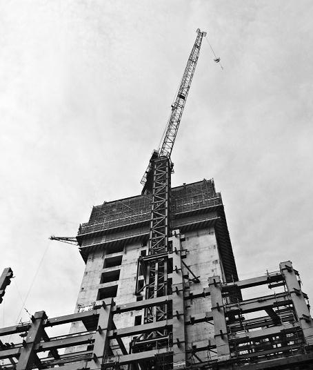 塔吊吊臂并未超出工地