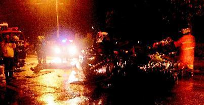 帕萨特轿车车头撞在货车的轮胎附近,不仅将车轴撞断,轮胎撞飞,整个侧
