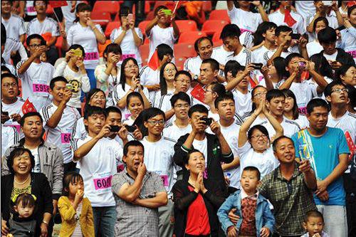 太原 张鑫/当冠军出现在体育中心内的时候成为无数观众的焦点。记者 张鑫/摄...